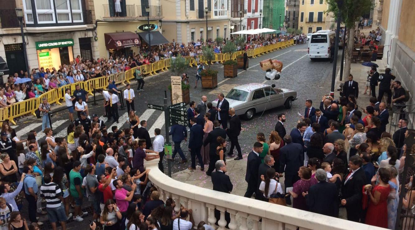 El centro de Maó ofrecía este aspecto de público pendiente de la llegada de los novios y los invitados.