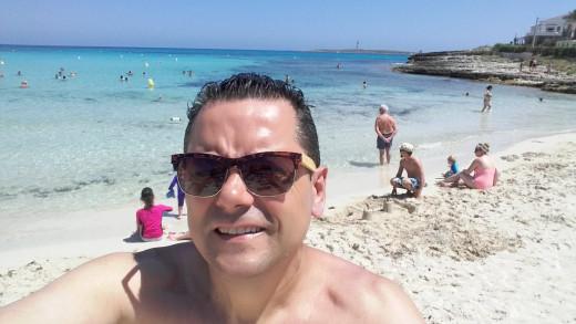 Roncero, en la playa de Punta Prima.