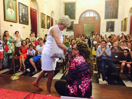 Torito, besando la mano de Mercedes Milà.