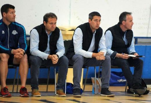 Hoyo, el segundo por la derecha, en el banquillo del Bàsquet Menorca.