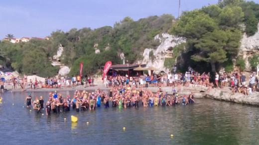 Los triatletas, antes de iniciar la prueba de natación entre un gran ambiente y mucho público (Foto: Pepe Mir)