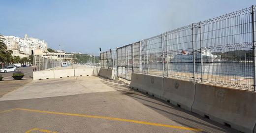 Imagen de las barreras en el puerto de Maó.