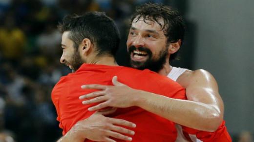 Llull se abraza a Navarro.