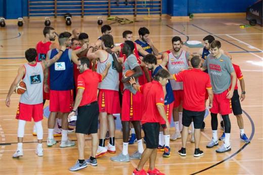 Piña de los jugadores tras el último entrenamiento (Foto: feb.es)