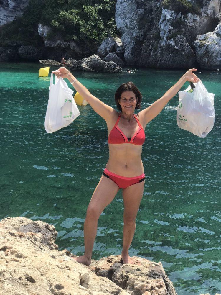 Samantha, con las bolsas de recogida.