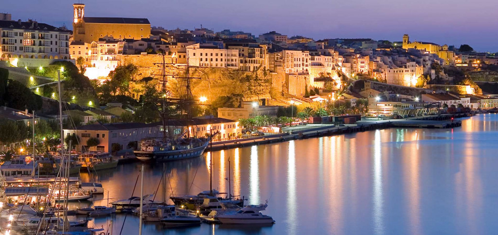 Vista nocturna del puerto de Maó.