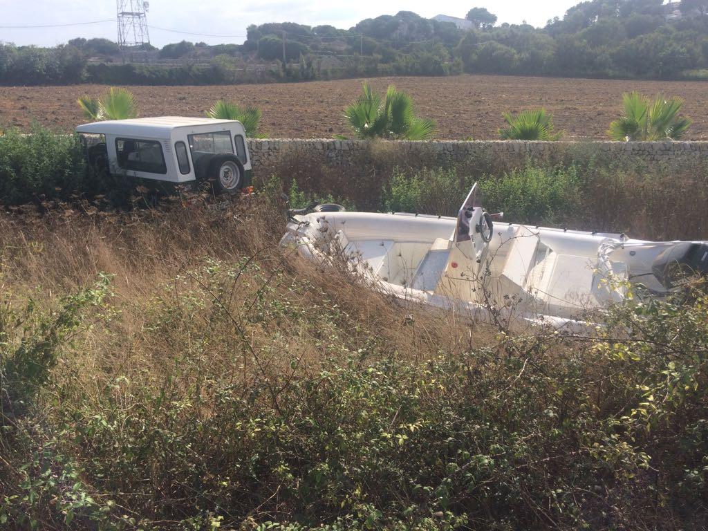 El vehículo accidentado viajaba con una embarcación en un remolque.
