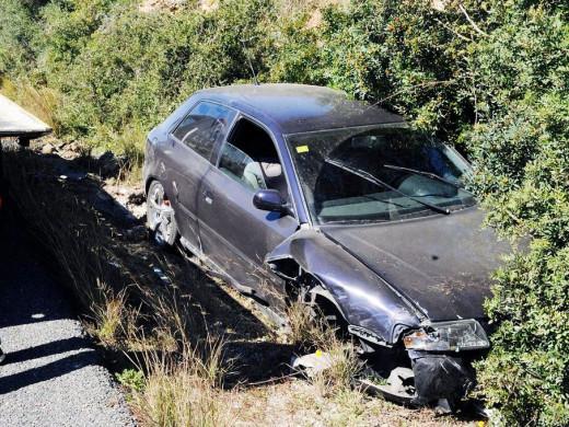 Un coche accidentado en la carretera general.