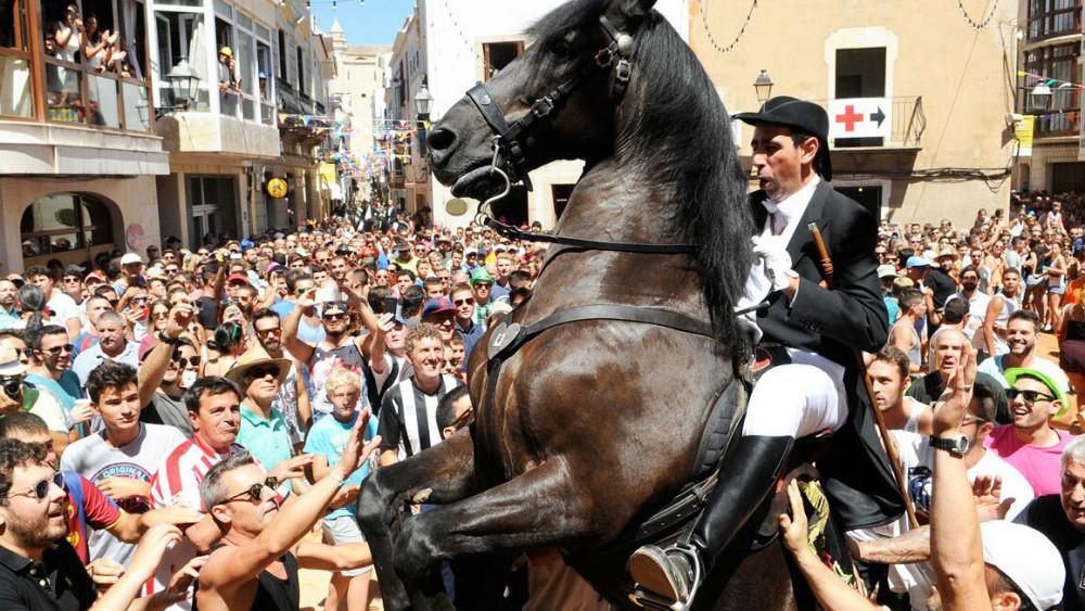 Espectacular jaleo este domingo en Alaior (Fotos: Tolo Mercadal)