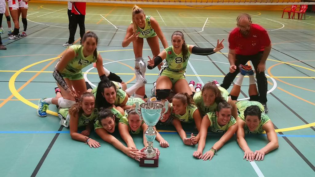 Las jugadoras, celebrando el título (Foto: Vòlei Ciutadella)
