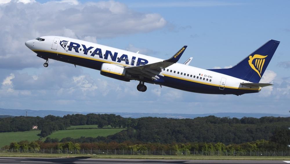 Avión de Ryanair despegando.