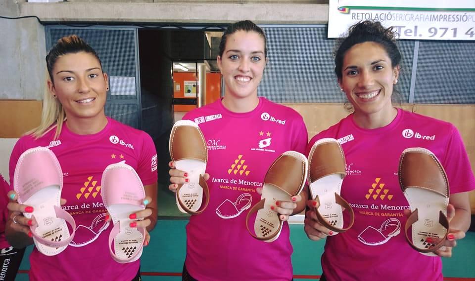 """Bea Vázquez, Andrea García y Maira Westergaard, con sus """"avarques"""" (Foto: Vòlei Ciutadella)"""
