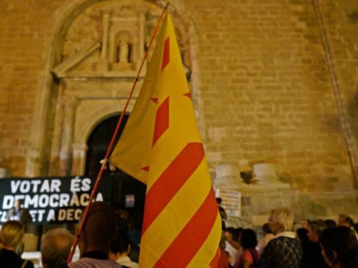 """(Fotos y vídeos) Más de 500 personas se manifiestan """"Pel dret a decidir"""" en Maó"""