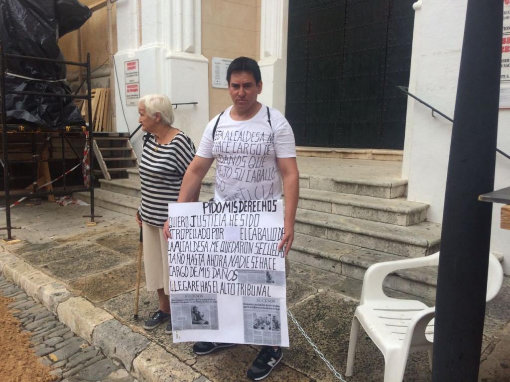 Heber Sejas, protestando en el centro de Maó (Foto: Tolo Mercadal)