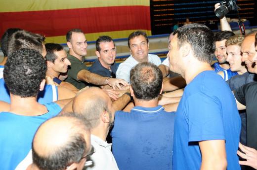 Piña de equipo y directivos en el primer entrenamiento.