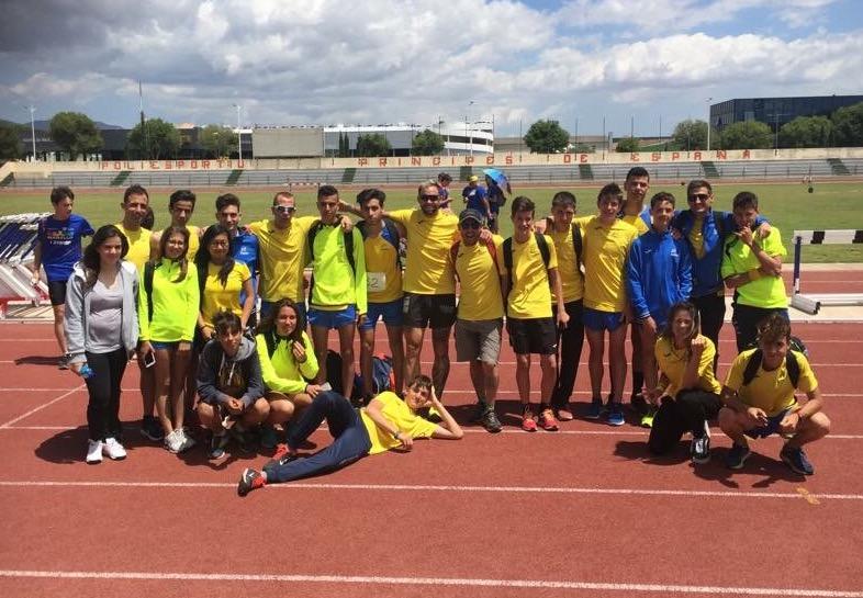 Grupo de atletas de la Isla en el Príncipes de España de Palma.