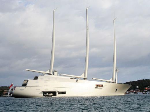 """(Fotos y vídeo) El velero """"A"""", uno de los más lujosos del mundo, impresiona en el puerto de Maó"""
