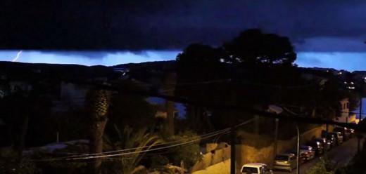 Un rayo en el cielo de Menorca (Foto y vídeo: Ferrán Herrera)