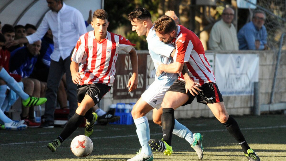 Rubén Carreras presiona a un rival (Fotos: Tolo Mercadal)