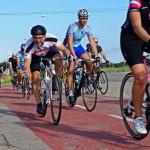 El pelotón inició este viernes un fin de semana que llenará de cicloturistas nuestras carreteras. (Fotos: F.H.)