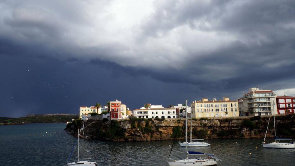 Cielo encapotado en Es Castell (Foto: Ferrán Herrera)