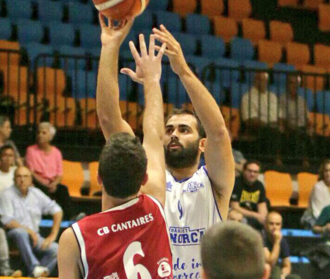 Tiro de Biel Torres ante la defensa del Tortosa (Fotos: Bàsquet Menorca)