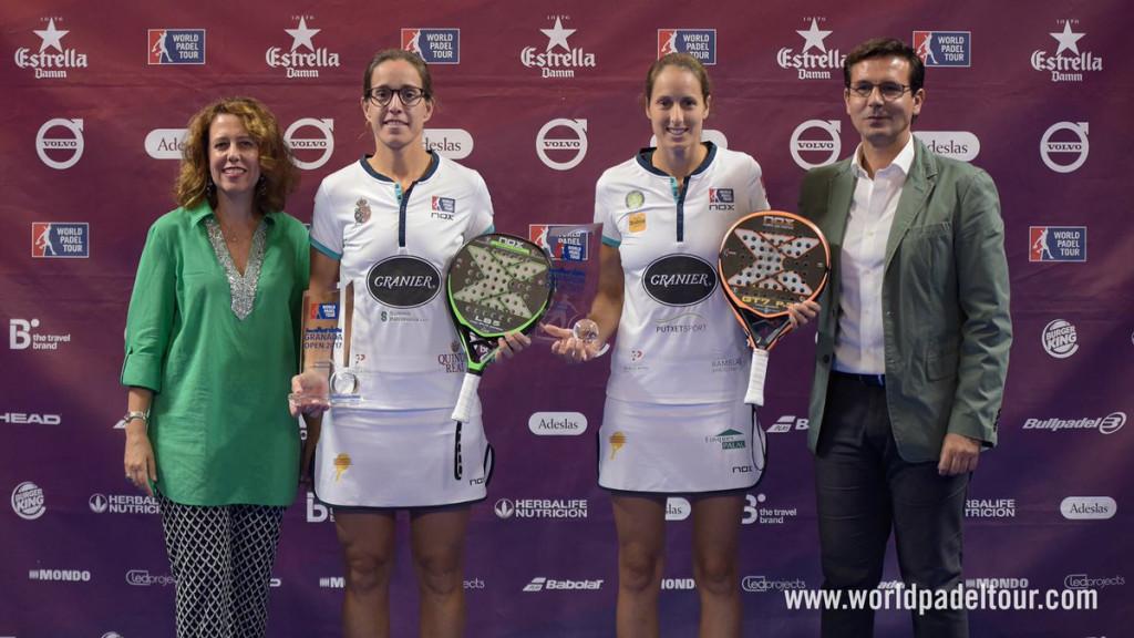 Gemma Triay (derecha) recibiendo el trofeo junto a Lucía Sainz.