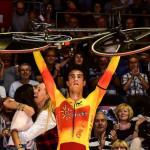 Albert Torres, levantando la bicicleta tras el triunfo.