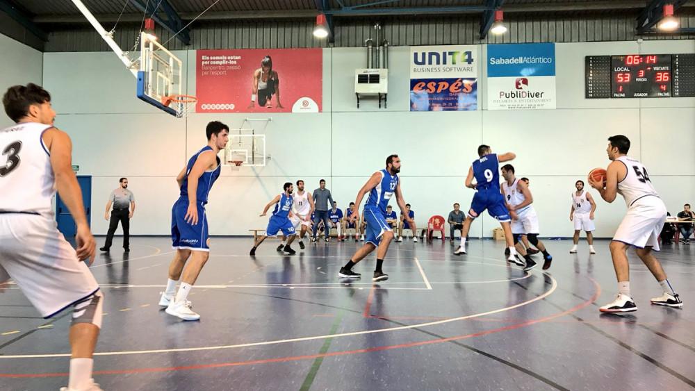 Defensa del Bàsquet Menorca ante el ataque local (Fotos: Bàsquet Menorca)