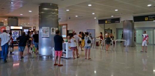 El aeropuerto de Menorca acoge este fin de semana 33.946 pasajeros, 60.000 menos que en Ibiza