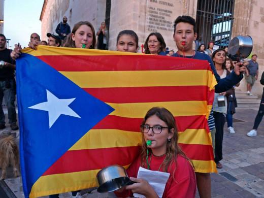 """(Galería de imágenes) Así fue la protesta en Maó """"contra la represión"""" en Catalunya"""