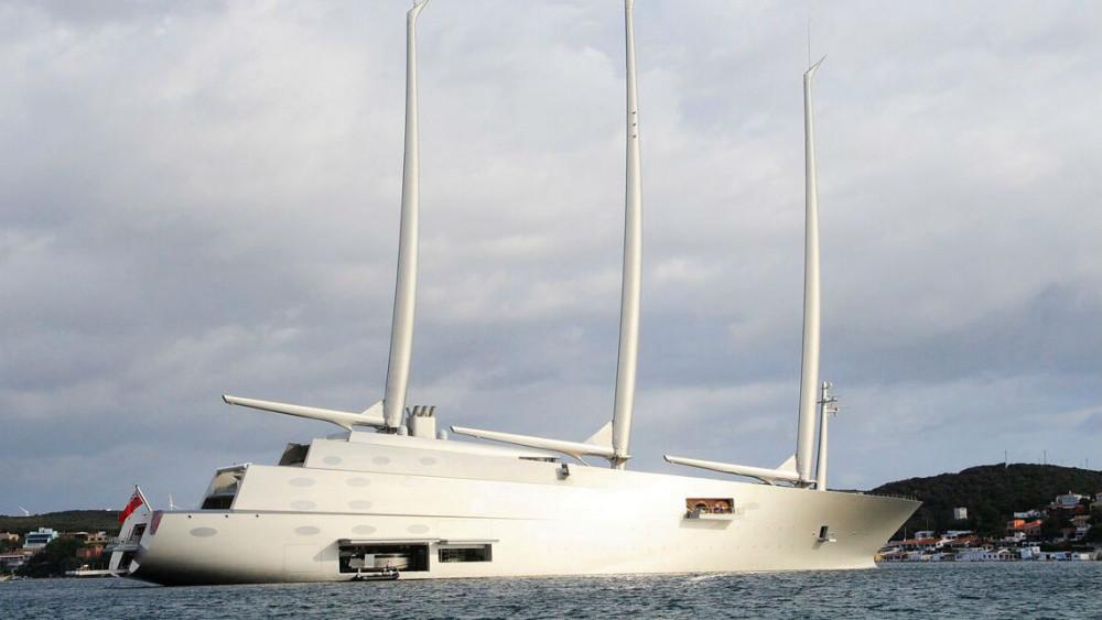 "El velero ""A"", en aguas de la Isla (Foto: Tolo Mercadal)"