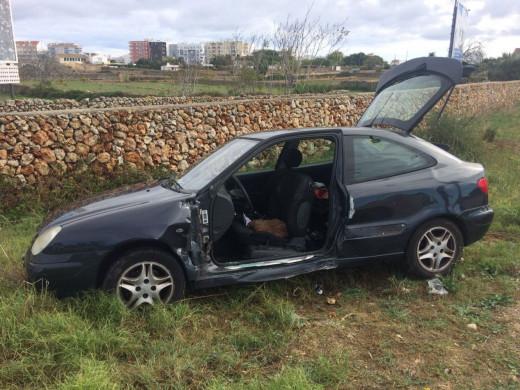 (Fotos) Los bomberos rescatan a una mujer que no podía salir del coche tras un accidente