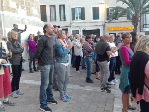 """(Galería de fotos y vídeo) Centenares de personas se concentran en Maó para protestar contra la """"represión"""" en Catalunya"""