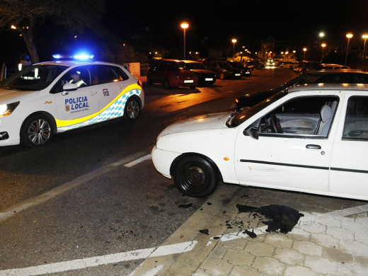 (Fotos) Un coche se incendia en Maó