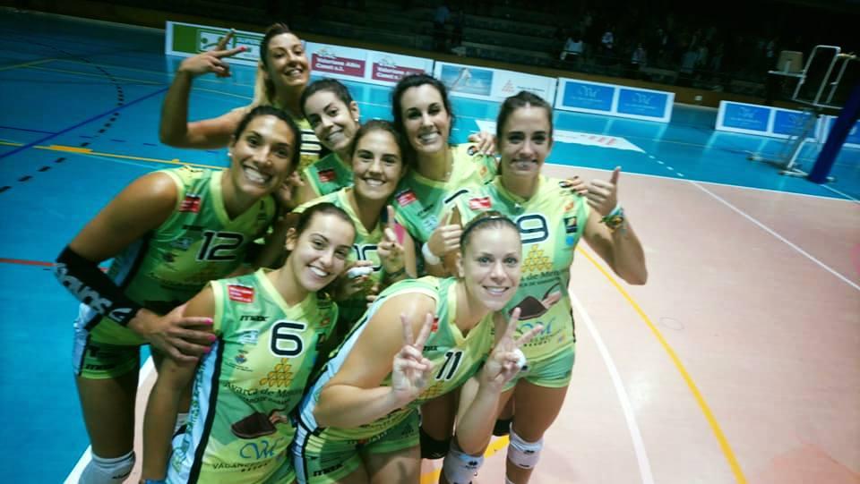 Las jugadoras, celebrando el triunfo (Foto: CV Ciutadella)