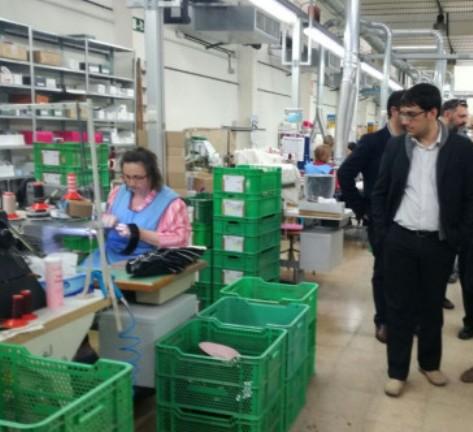El conseller Begueruela en una fábrica de calzado menorquín.