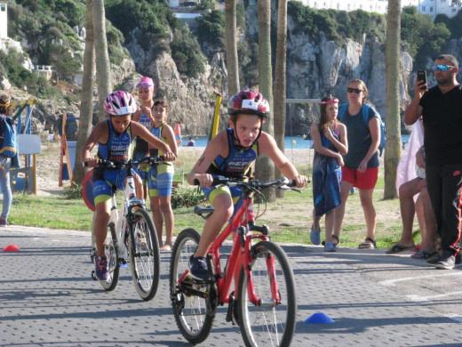 (Galería de fotos) 40 jóvenes triatletas se divierten en Cala'n Porter