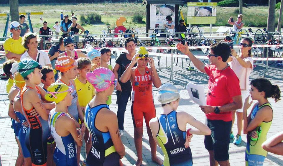 Paco Arnau, dando instrucciones a los triatletas.