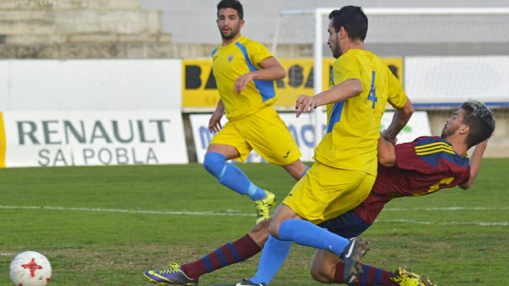 Pere y Rubén tratan de frenar a un rival (Fotos: Jorge Bailén para futbolbalear.es)