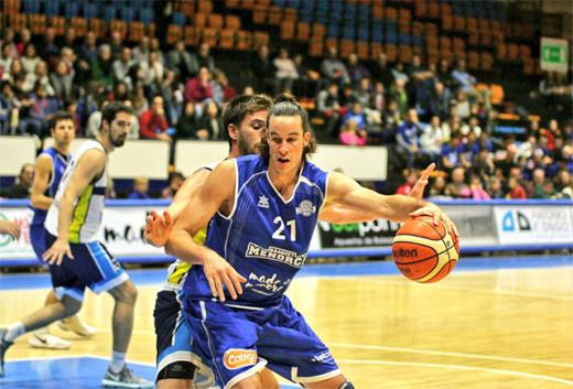 Andreu Matalí, en el poste bajo (Fotos: Bàsquet Menorca)