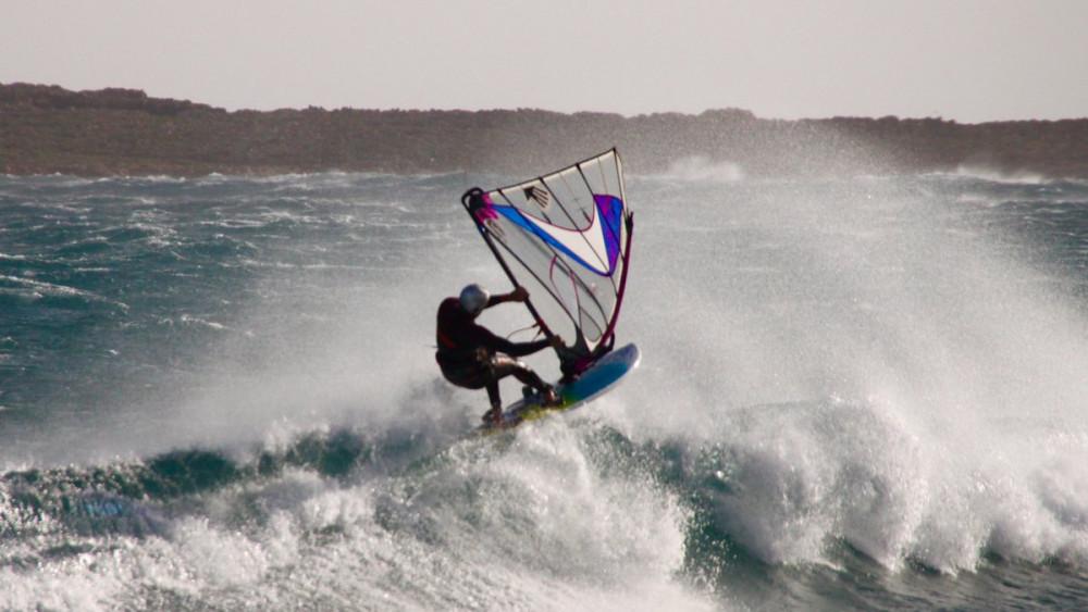 Un windsurfista en Punta Prima (Fotos: Tomeu Mir)