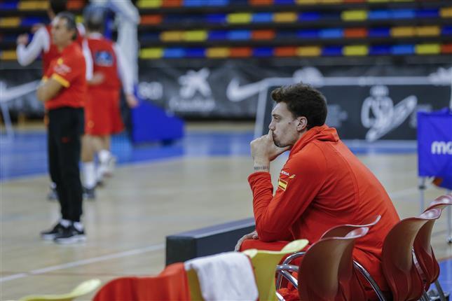 Alex Suárez, sentado durante el entrenamiento de la selección.