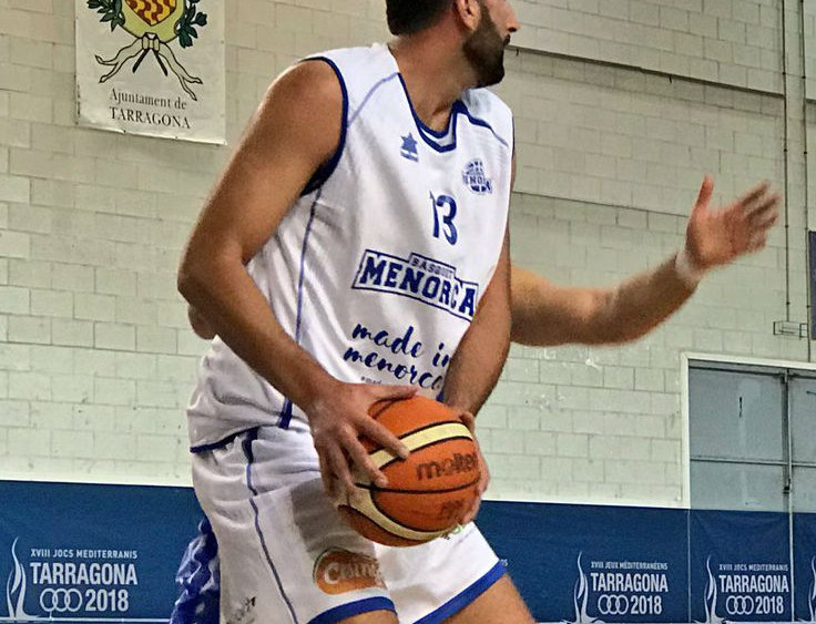 Jan Orfila postea ante un jugador del Tarragona (Fotos: Bàsquet Menorca)