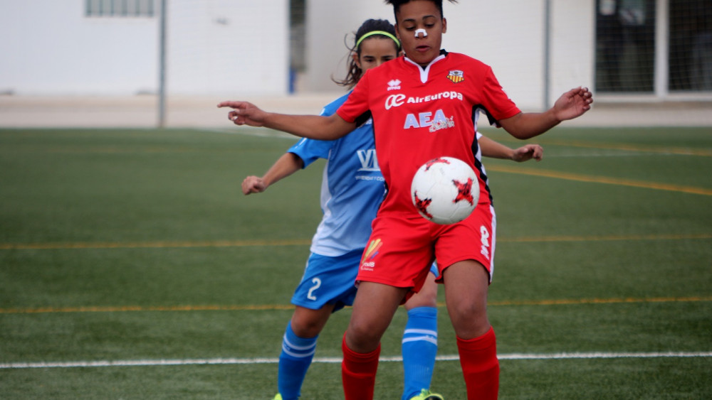 Ruth controla un balón ante Laura (Fotos: deportesmenorca.com)
