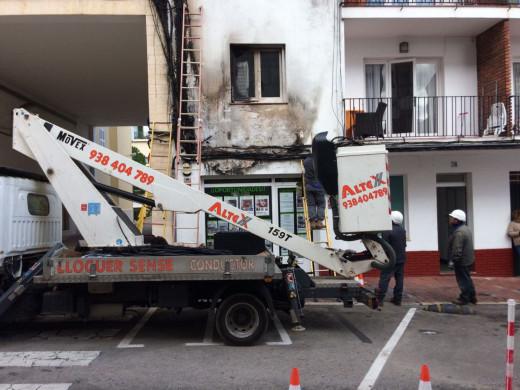 (Fotos) Arde el luminoso de una inmobiliaria y el fuego afecta a una vivienda