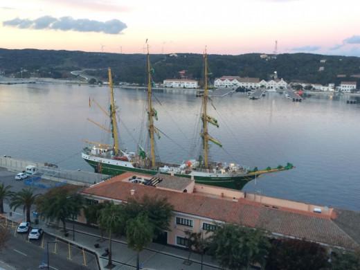 Imagen del velero en el puerto de Maó (Foto: Tolo Mercadal)