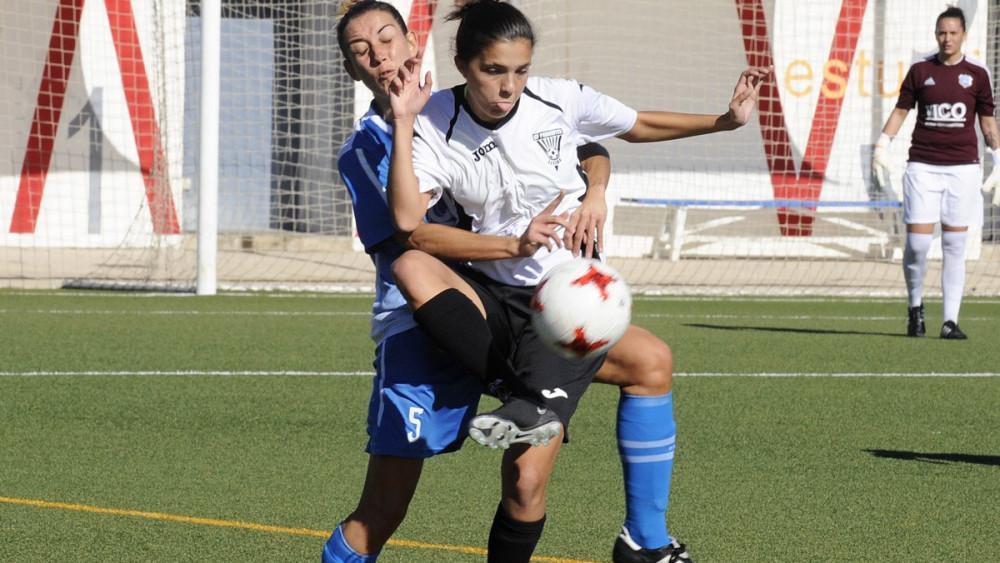 Clara trata de frenar el avance de una rival (Fotos: Tolo Mercadal)