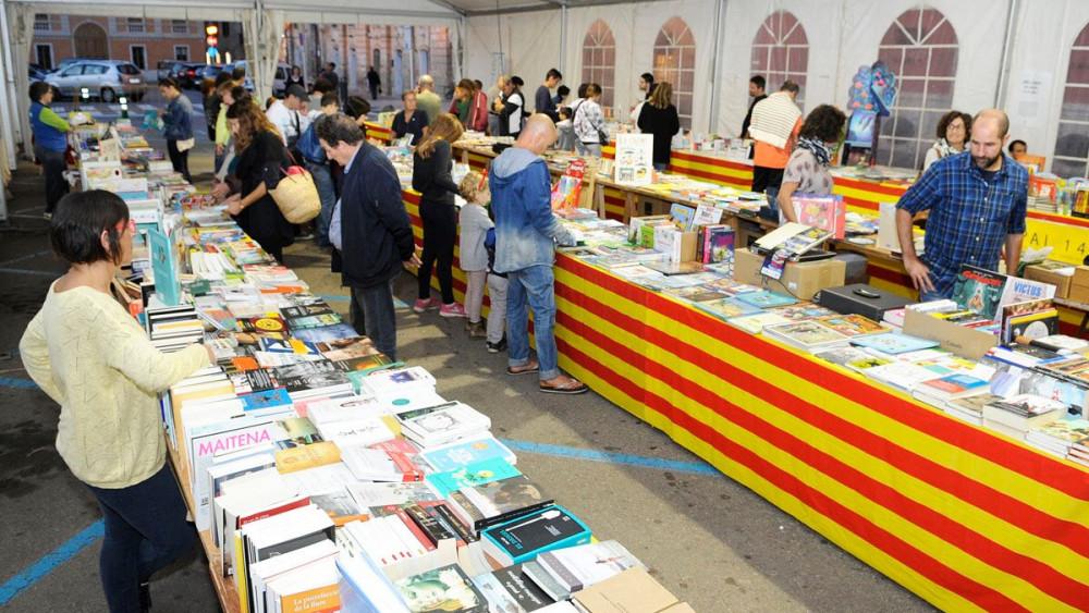 Compradores en la feria (Fotos: Tolo Mercadal)