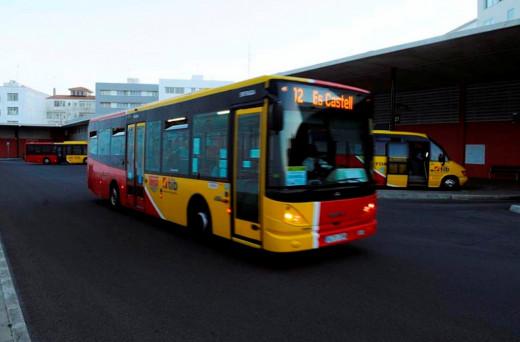 El transporte público, una opción que cada vez eligen más personas en Menorca.